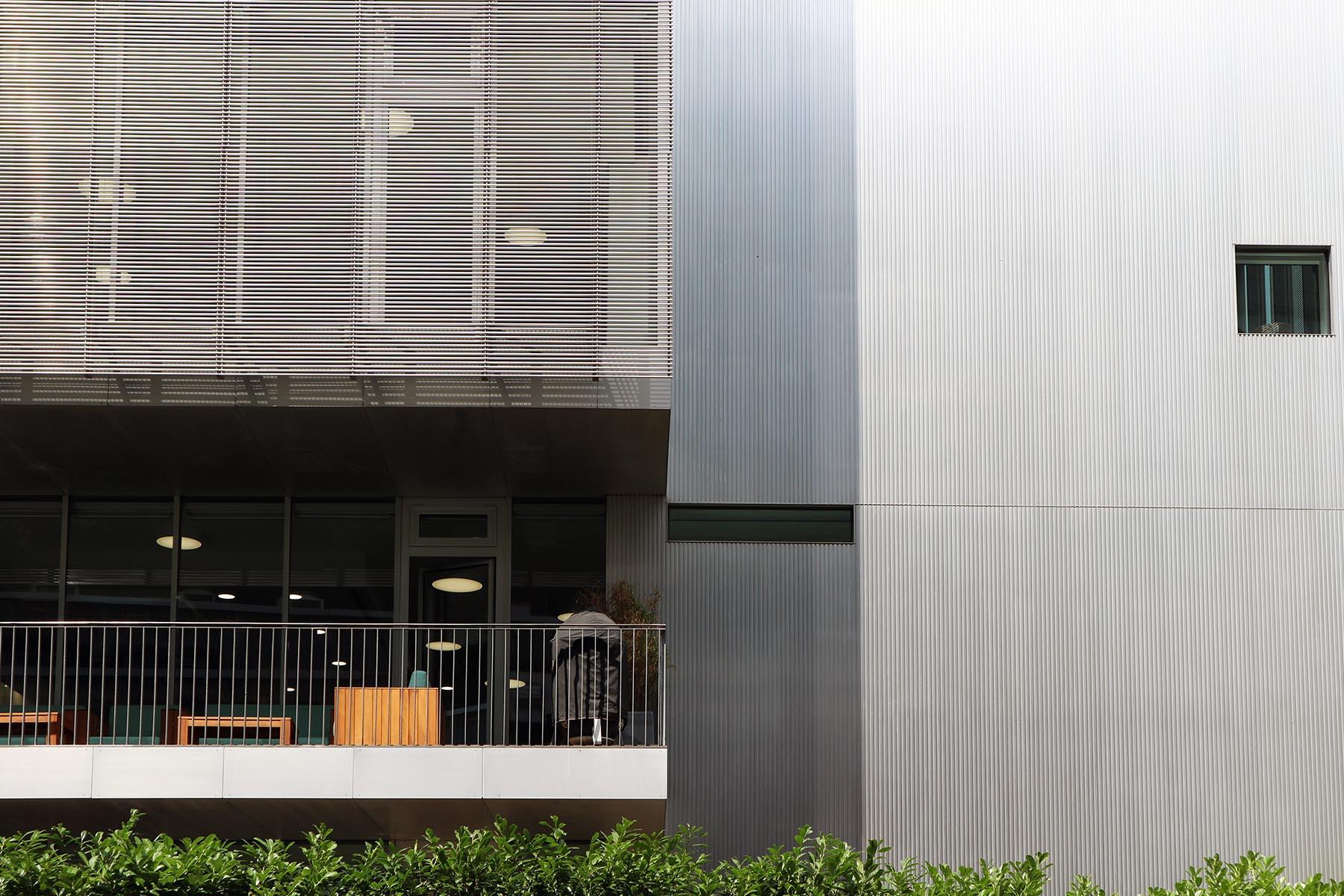 Maki-Solitär.  Der achtgeschossige Kubus des japanischen Pritzker-Preisträgers hat eine feingliedrige Fassade aus Aluminium und Glas.