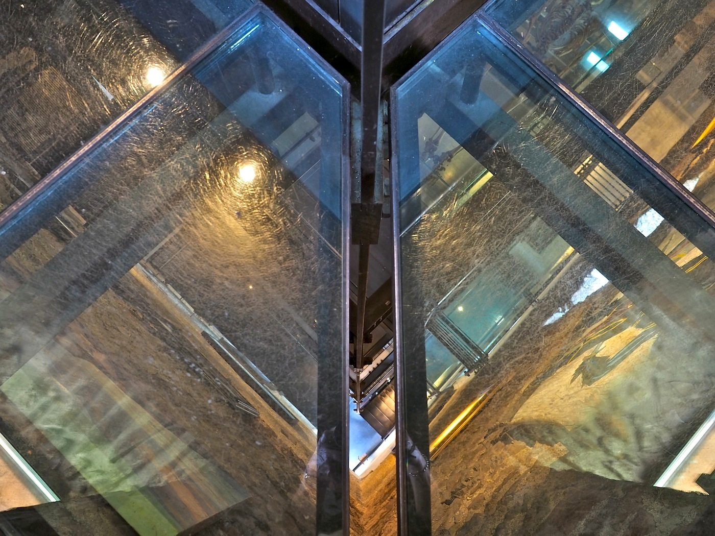 Achtsame Schritte.. Begehbare Glasböden im Weißen Turm, dem Bergfried aus dem 12. Jahrhundert, erlauben tiefe Einblicke in die Konstruktion der Treppen und Plattformen.