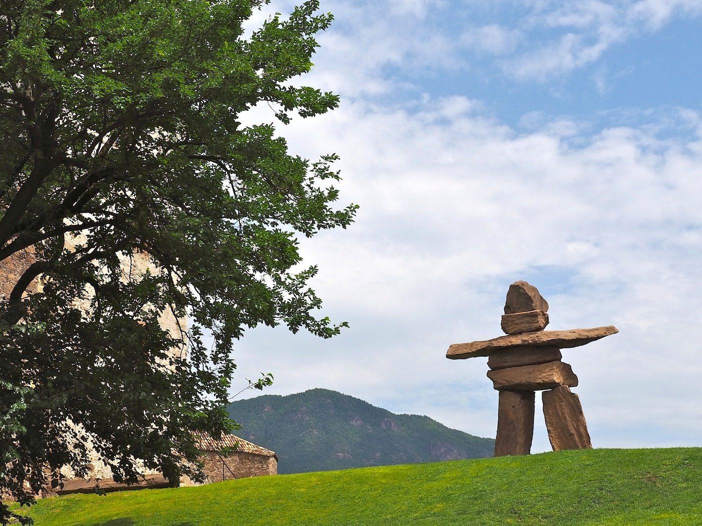 Überraschende Begegnung.. Auf dem hügeligen Areal von 14 000 Quadratmetern innerhalb der Mauern ziehen immer wieder zeitgenössische Plastiken, religiöse Skulpturen oder archaische Figuren die Blicke auf sich, wie hier der Inukshuk, das Wegzeichen der kanadischen Ureinwohner.