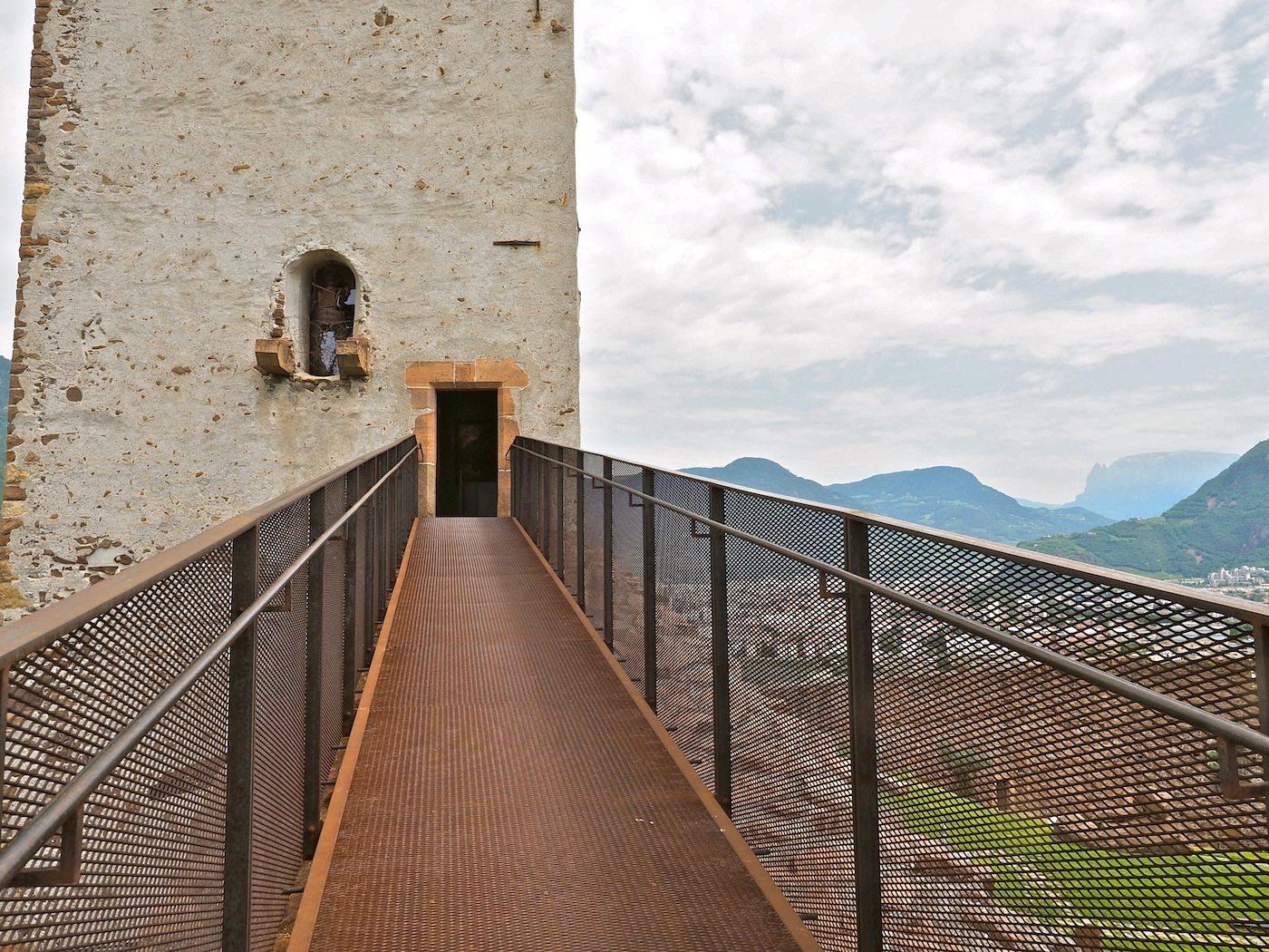 Stege und Brücken.. Gitter aus Streckmetall verleihen den weitläufigen Verbindungen zwischen den Ausstellungsorten eine leichtgewichtige Transparenz.