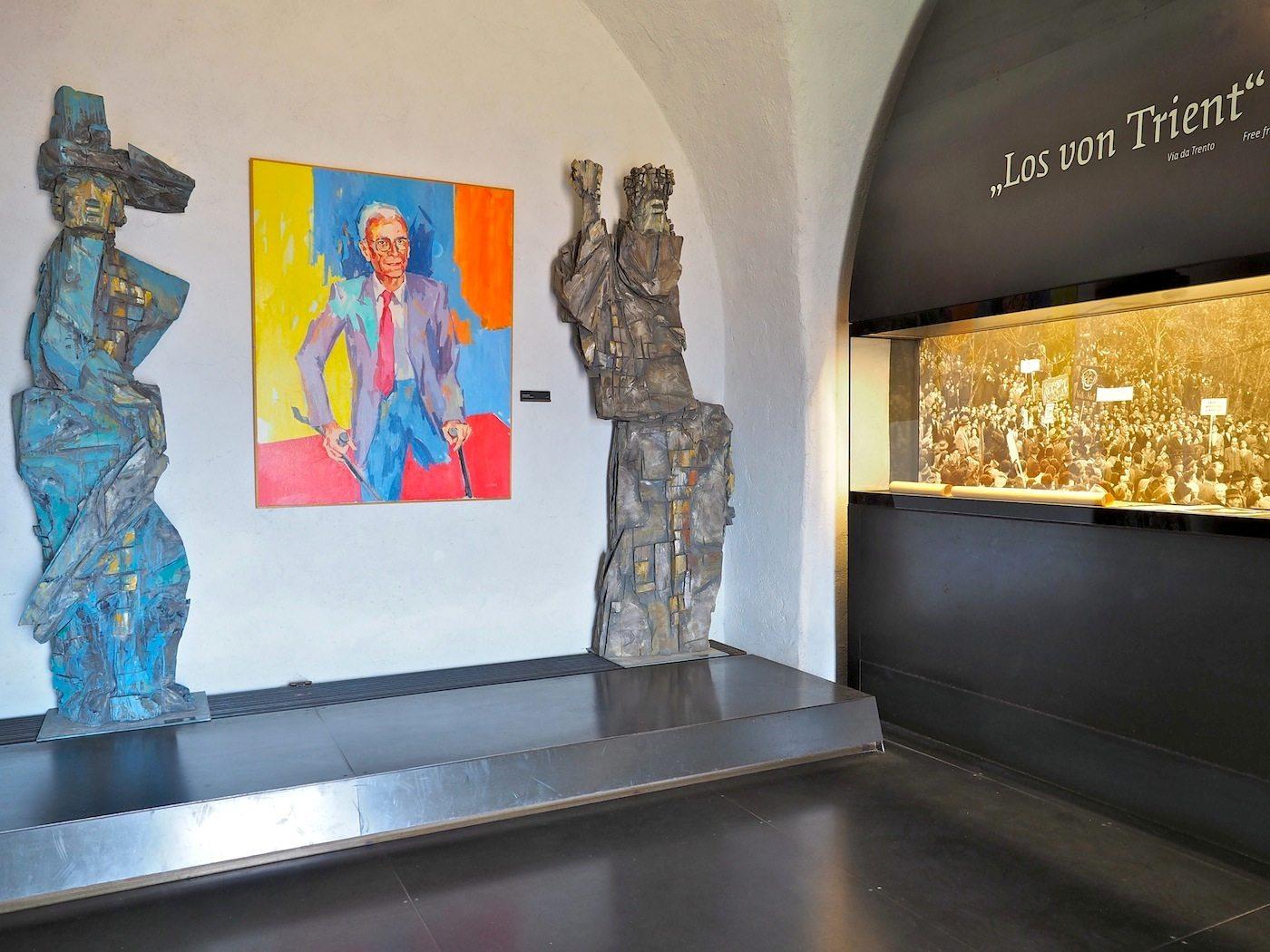 Legendärer Landeshauptmann..  Silvio Magnago, fast dreißig Jahre an der Spitze der Bozener Landesregierung, hat viel für Südtirols Autonomie erreicht, seit er 1957 mehr als 30 000 Landsleute auf Schloss Sigmundskron zur ersten Großdemo versammelte. Seinen Platz im Weißen Turm verdankt er nicht Reinhold Messner, gegen dessen Museumskonzept er sich wie eine große Mehrheit der nationalkonservativen Südtiroler ausgesprochen hat. Wohl auch, weil Messner sich als Regionalist, Europäer und Weltbürger versteht.