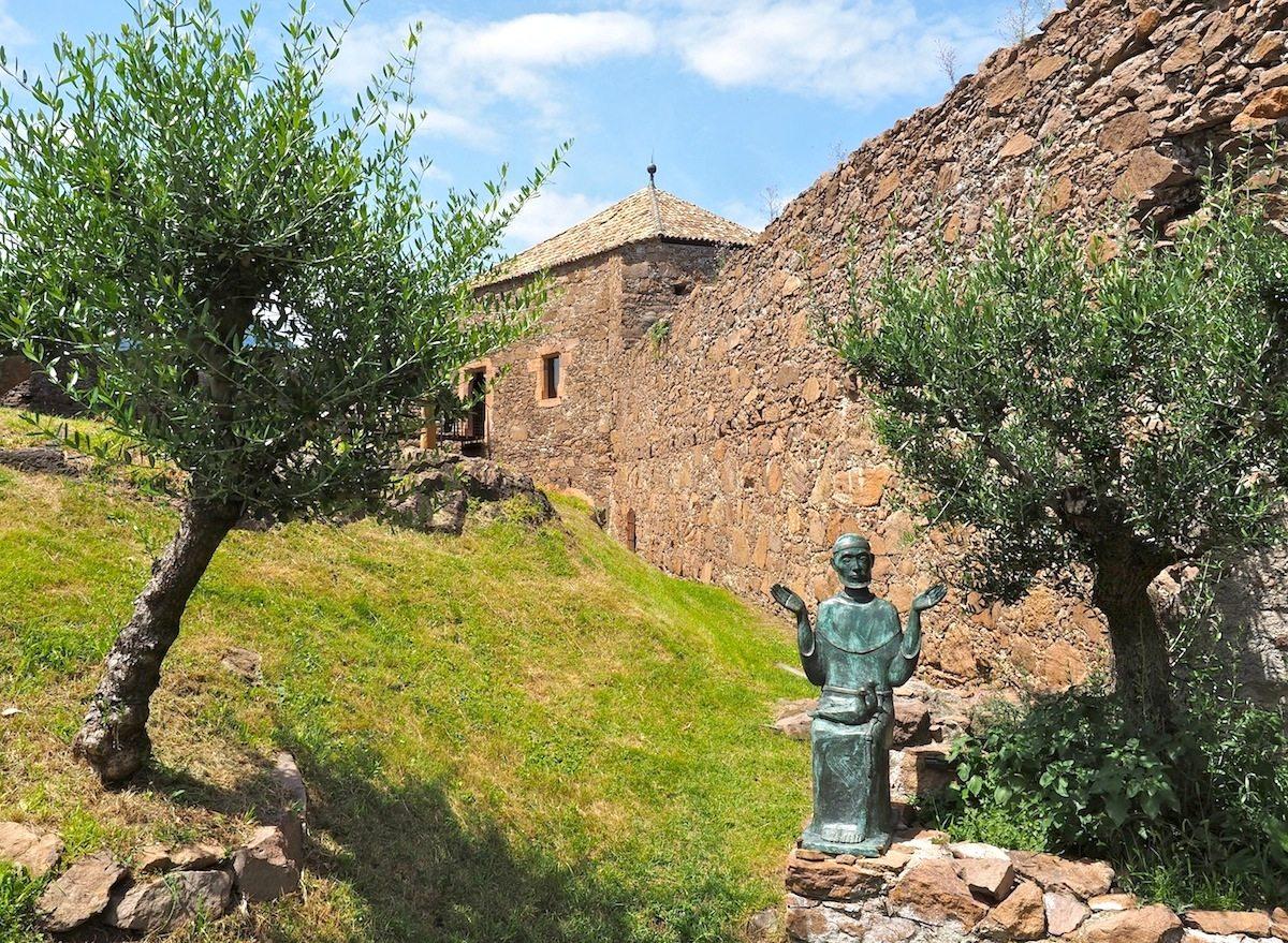 Franziskus unter Ölbäumen..  Die Spiritualtät, die von den Bergen kommt, wird recht großzügig ausgelegt. Nach fünf Jahren als Abgeordneter der Grünen im Europaparlament mag Messner sich dem Schutzpatron der Tiere und der Natur besonders verbunden fühlen. Und immerhin empfing Franz von Assisi seine heiligen Wundmale auf einem Felsen bei Arezzo.