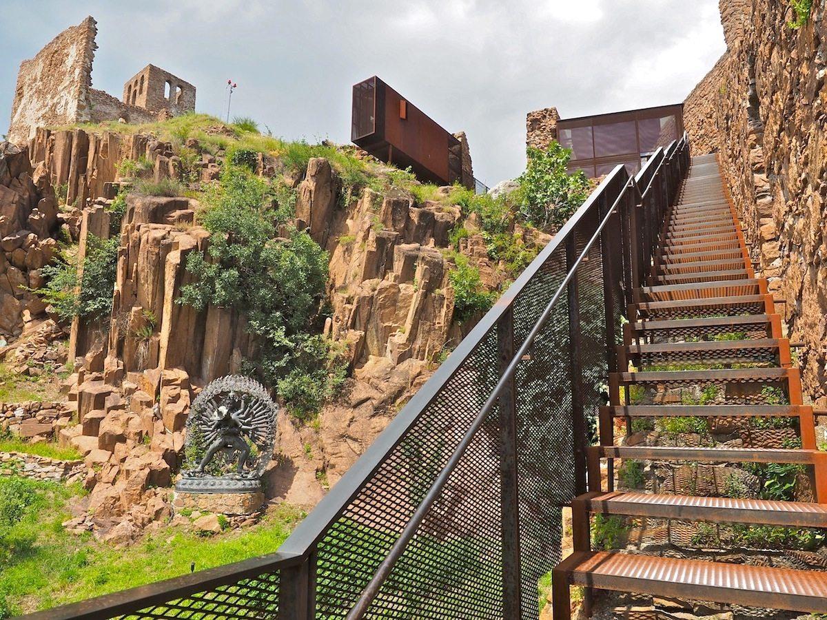 Auf und ab..  Durch das hügelige Gelände, über Stege, Brücken und Treppen entlang der Mauern oder in die Türme – auf dem Rundgang sind allein vierhundert Höhenmeter zu bewältigen. Ganz im Sinne des Museumsstifters, für den sich die Welt persönlich nur mit den Füßen ausmessen lässt.