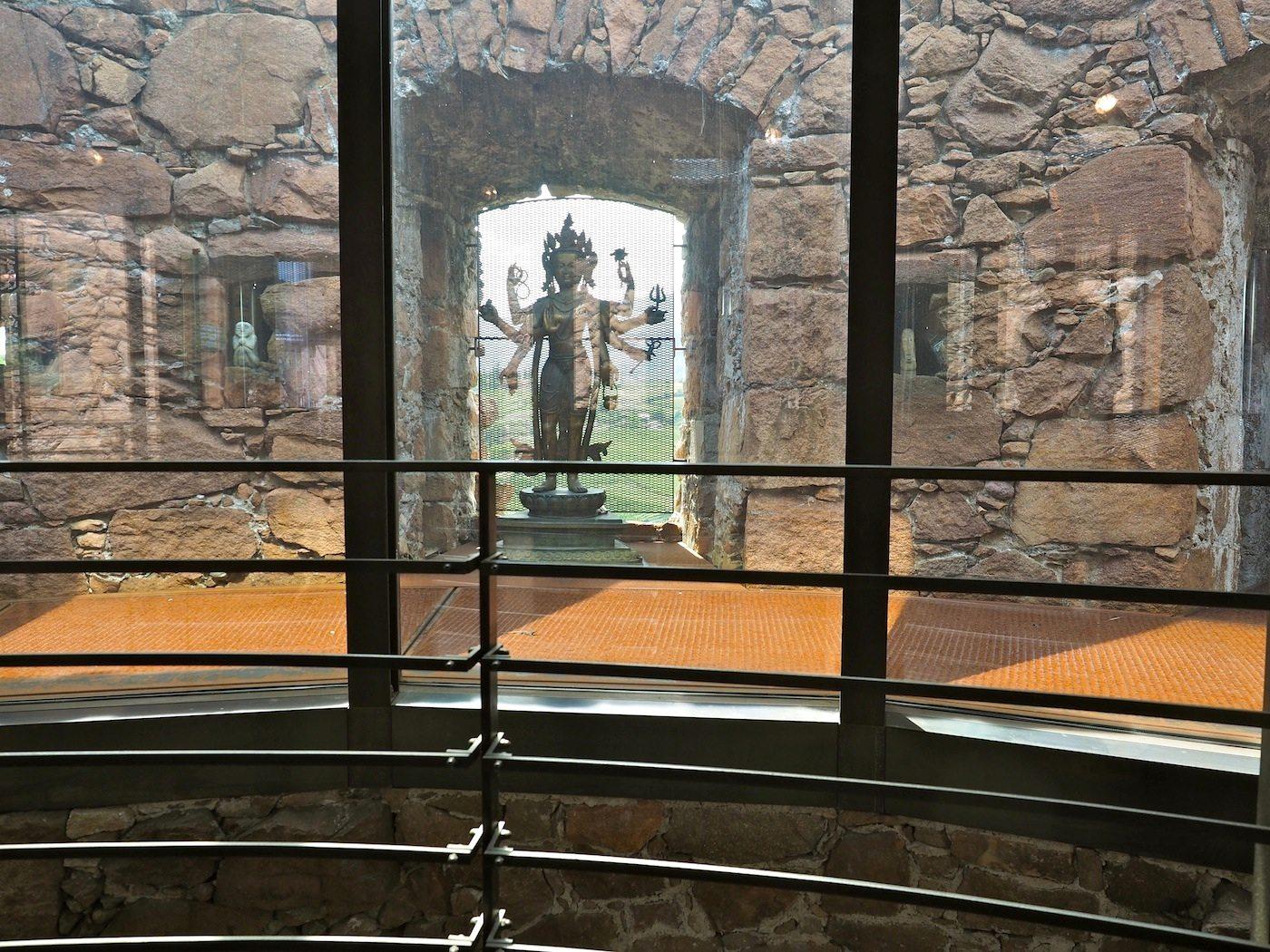 Erhellendes von oben..  Viel Licht durch von außen unsichtbare Glaskuppeln modelliert die alten Wände und neuen Strukturen.