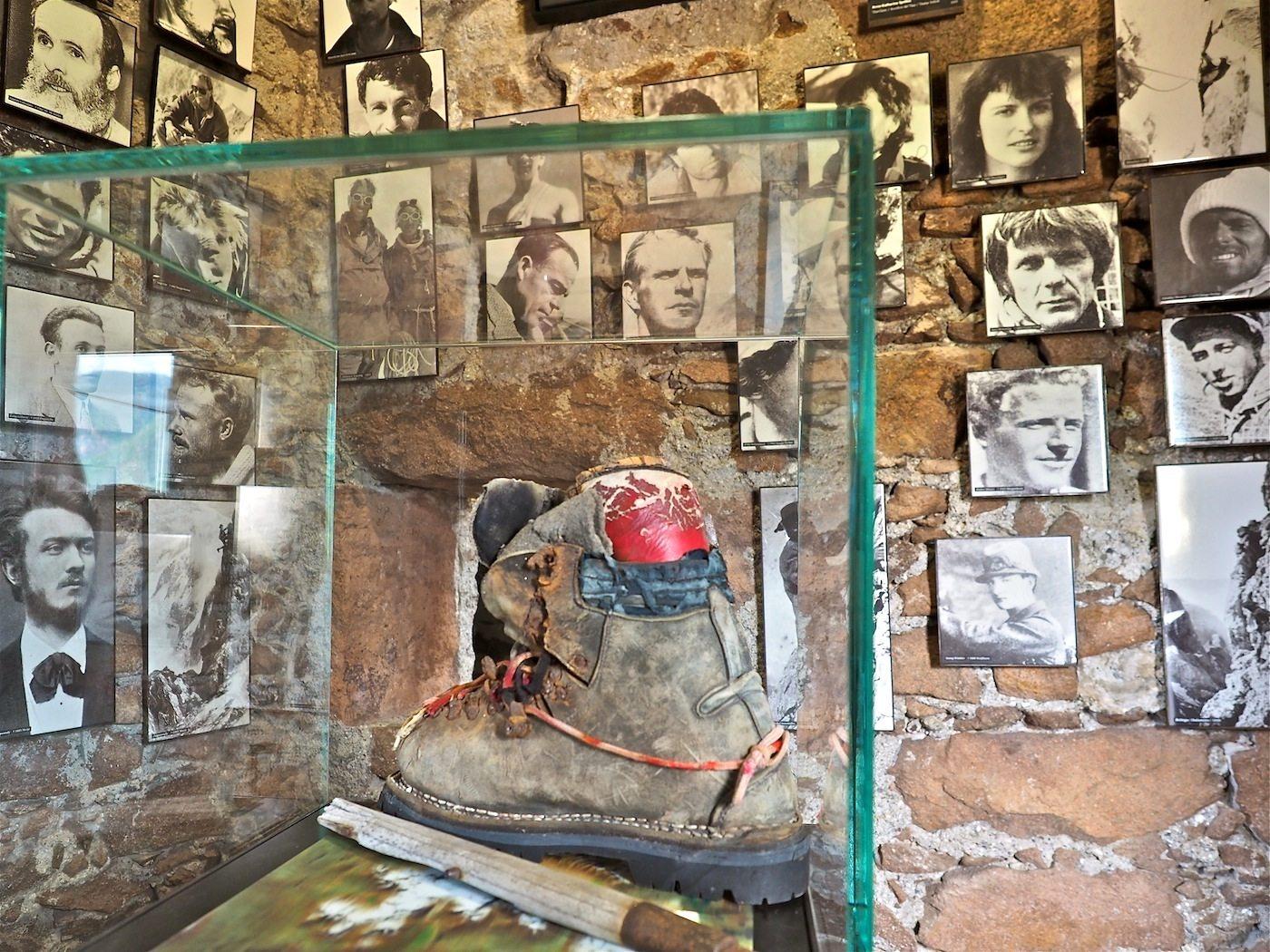 Herzkammer..  Ein schmaler Raum im Rondell West versammelt Bilder berühmter Kletterer, die in den Bergen zu Tode kamen. In ihrer Mitte ein Schuh von Messners Bruder Günther, der auf einer gemeinsamen Expedition am Nanga Parbat sein Leben verlor.