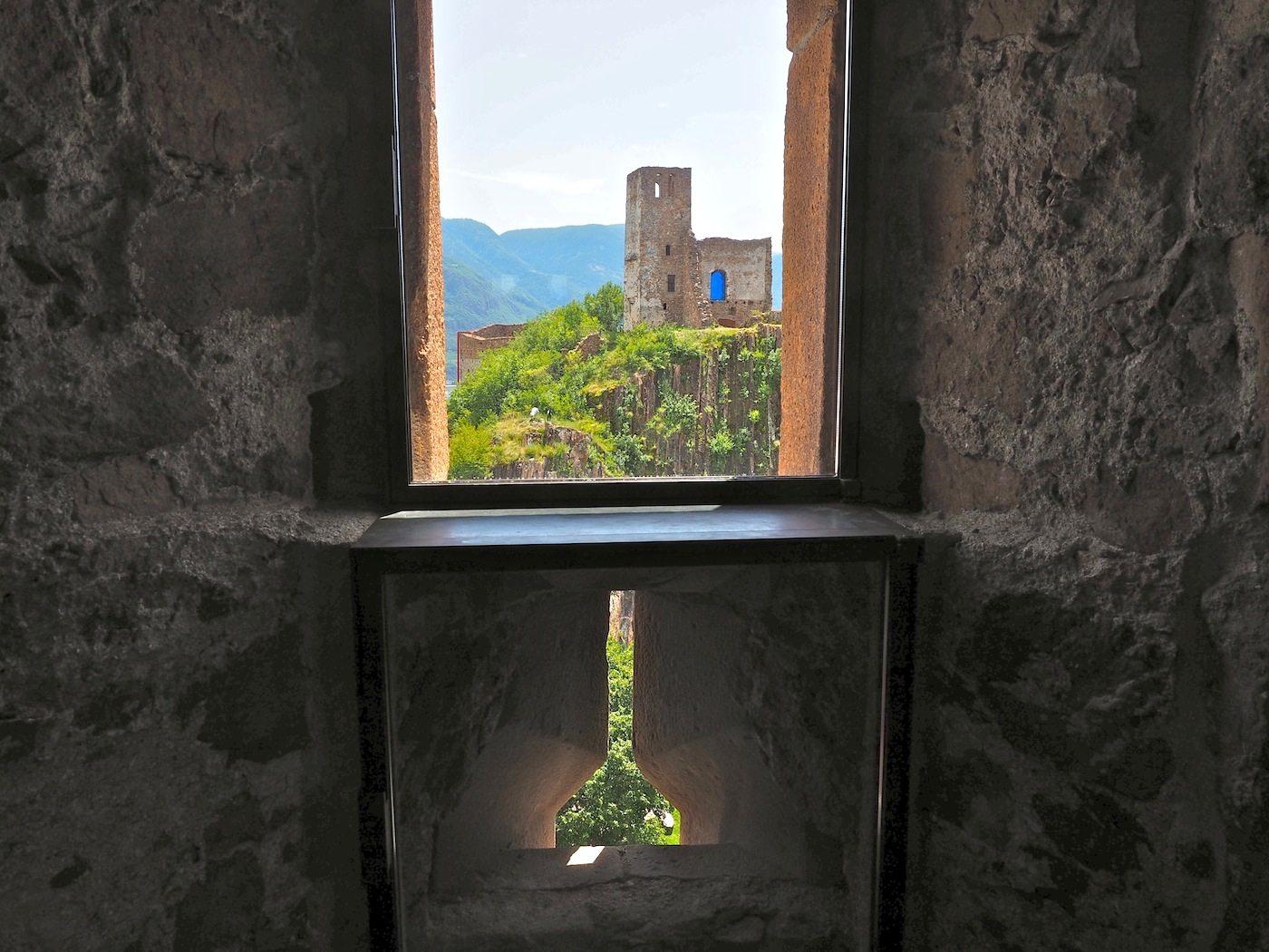 Blicköffner..  Keines der 137 Stahlfenster in Firmian gleicht dem anderen, wo immer möglich fassen sie einen Ausblick besonders ein. Hier auf den ältesten Teil der Burg, der nicht besucht werden darf.