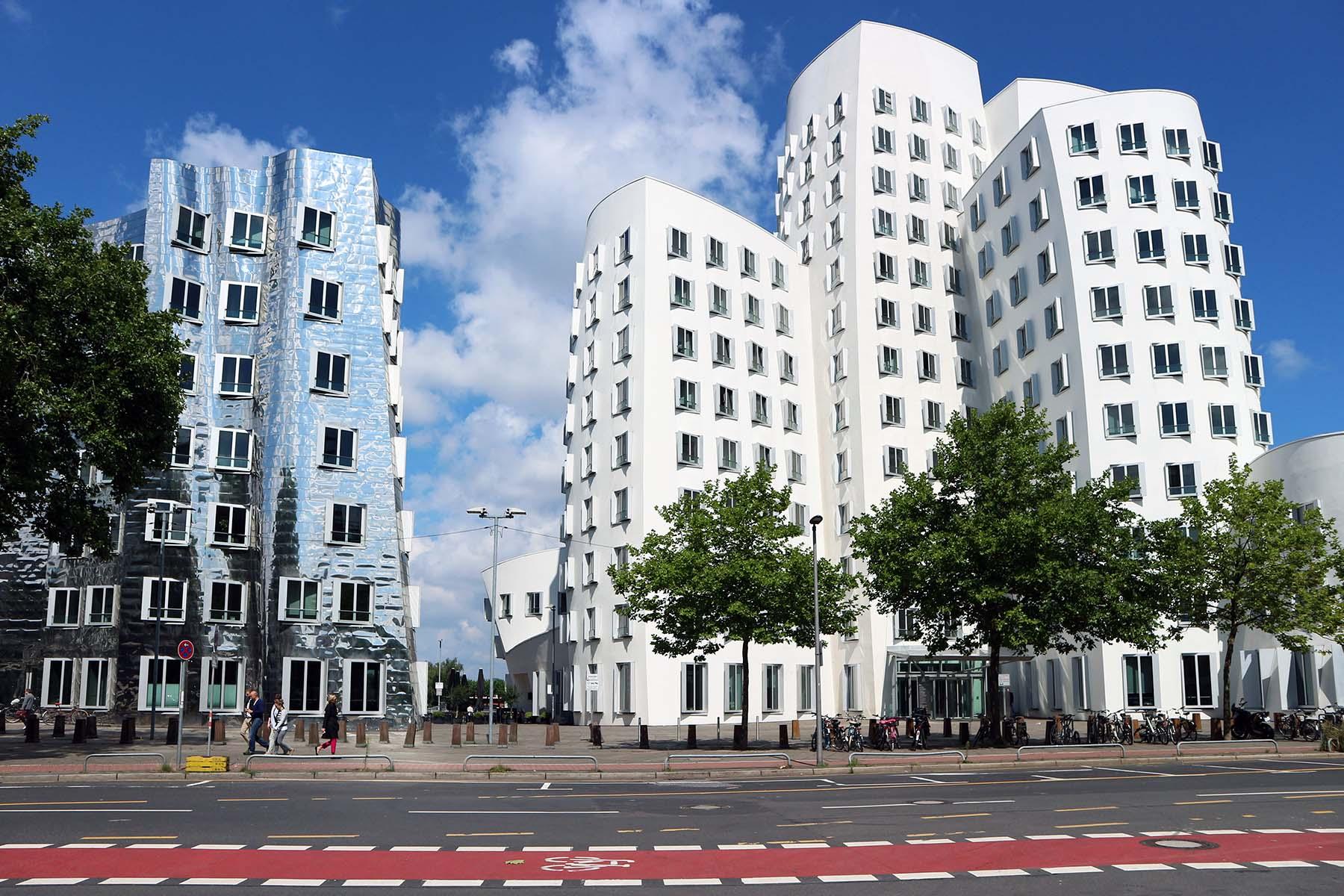 Neuer Zollhof 1–3. Von Frank O. Gehry. Fertigstellung 1999.