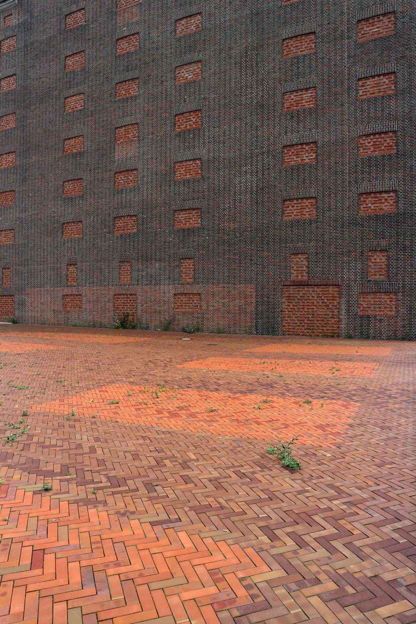 Landesarchiv NRW. Die Formensprache des Turms orientiert sich am alten Speicherbau mit seinen vor- und zurückspringenden Giebeln.