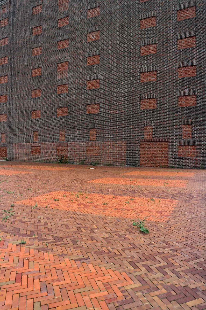 Landesarchiv NRW.  The new storage tower is distinguished from the old brick structure by the use of a fine relief.