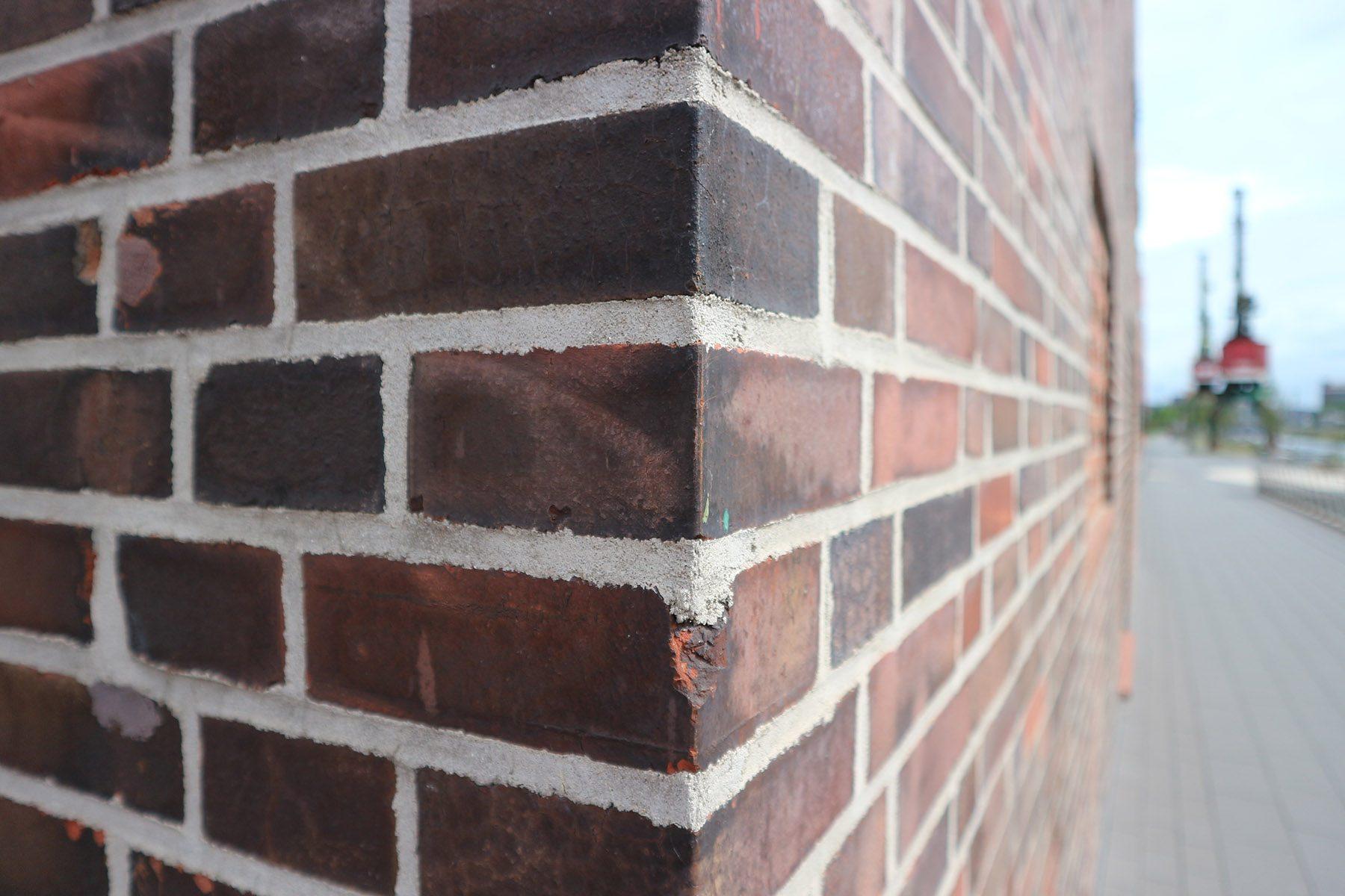 Landesarchiv NRW. ... der mit seiner dunkelroten Verputzung die Backsteinfassade des Speichers aufgreift. Farbigkeit und Textur des neuen Mauerwerks der Oberfläche der originalen, nicht verfärbten Ziegel.
