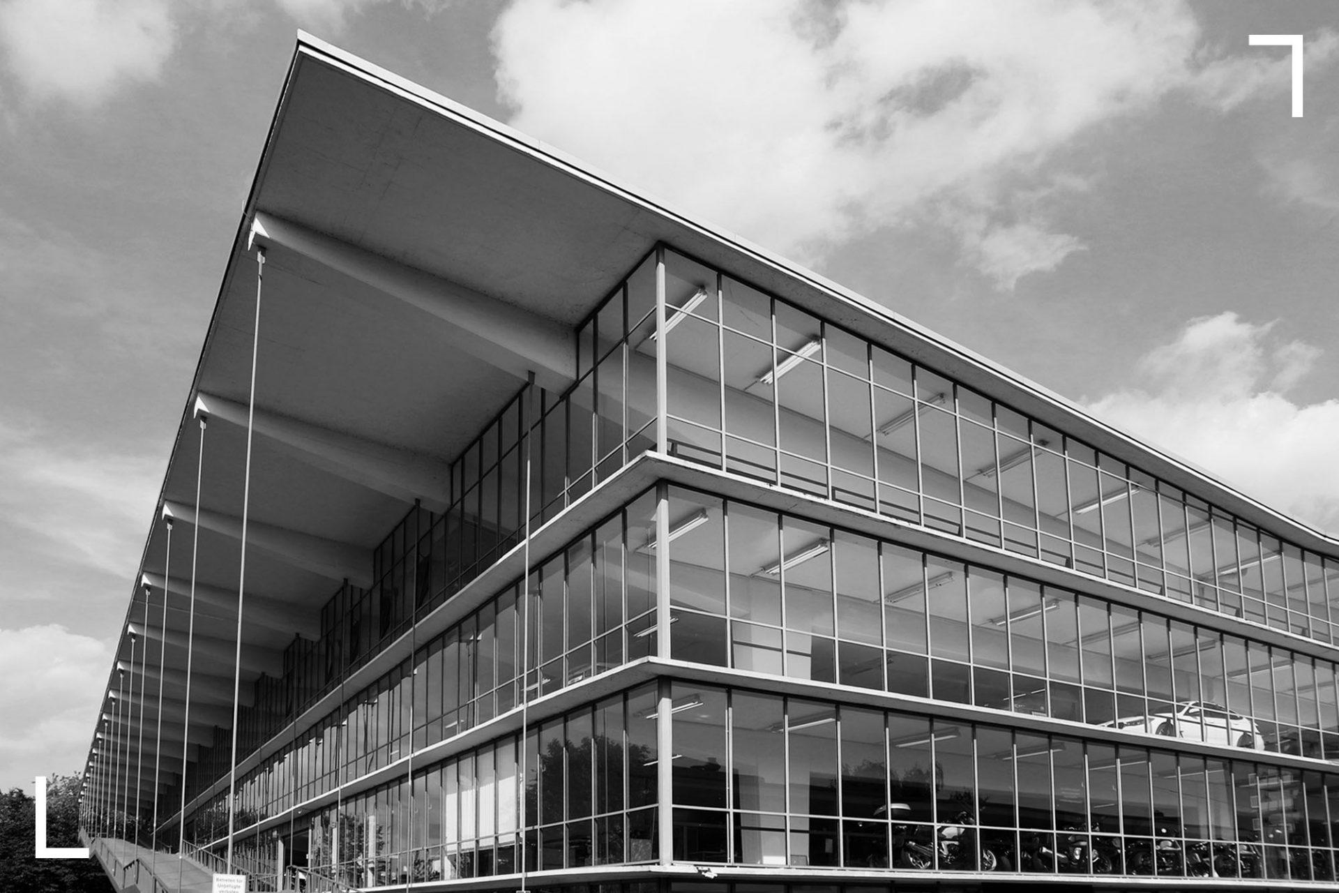 Die Haniel-Garage. wurde 1951 als erstes Parkhaus Deutschlands erbaut. Das Ensemble mit einem Motel war ein spektakuläres Novum in der jungen BRD und ganz im Sinne der autogerechten Stadt. Beim Besuch unbedingt auf die außenliegenden Auffahrtsrampen und den filigranen Gesamteindruck achten – trotz enormer Reklameorgie immer noch spür- und sehbar. 1985 wurde der Bau unter Denkmalschutz gestellt und 1992/1993 saniert. Die Sanierung erhielt eine Auszeichnung beim Deutschen Architekturpreis 1997.