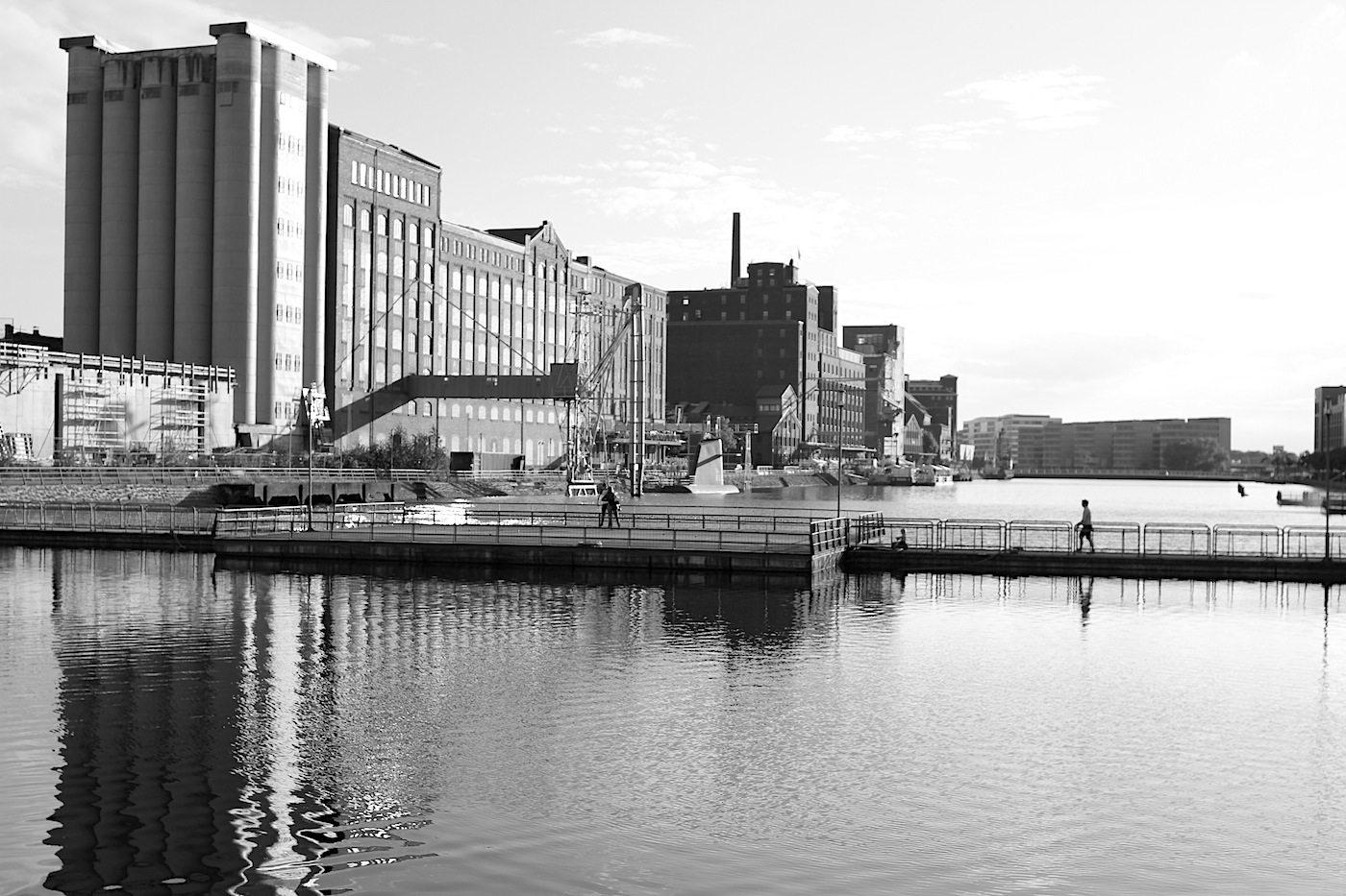 Innenhafen Duisburg.  Nicht so berühmt wie der Medienhafen von Düsseldorf oder die Hamburger HafenCity, dafür umso geschlossener und weitläufiger im Aussehen und seiner Struktur. Er ist der Beweis, dass ein ursprünglich schmuddeliger und vergessener Ort zu einem Areal für das andere, fortschrittliche Design-Duisburg sein kann.