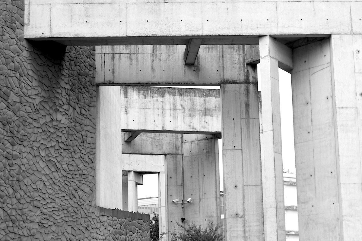 Jüdisches Gemeindezentrum Duisburg.  Von Zvi Hecker, Fertigstellung 1999. Die fünf Achsen verweisen auf Orte jüdischer Geschichte in Duisburg. Die in den Altstadtpark hineingreifenden Betonarme schaffen einen Bezug zu Karavans Garten der Erinnerung und zum Industriehafen.