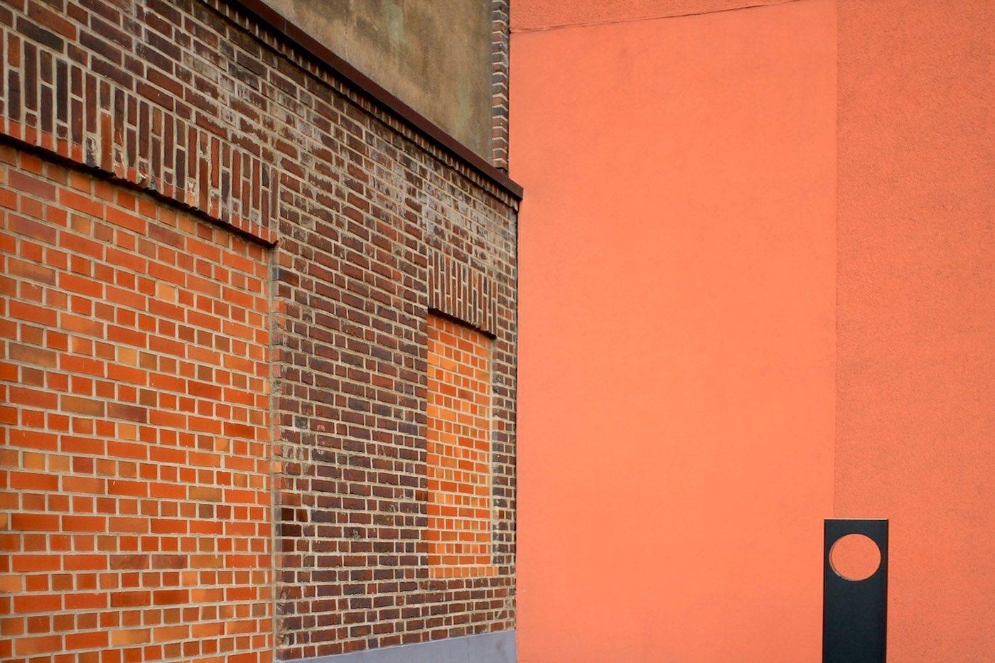 Landesarchiv NRW. Das denkmalgeschützte Speichergebäude der Rheinisch-Westfälischen Speditions-Gesellschaft aus den 1930er-Jahren wurde durch einen 76 Meter hohen Archivturm erweitert.