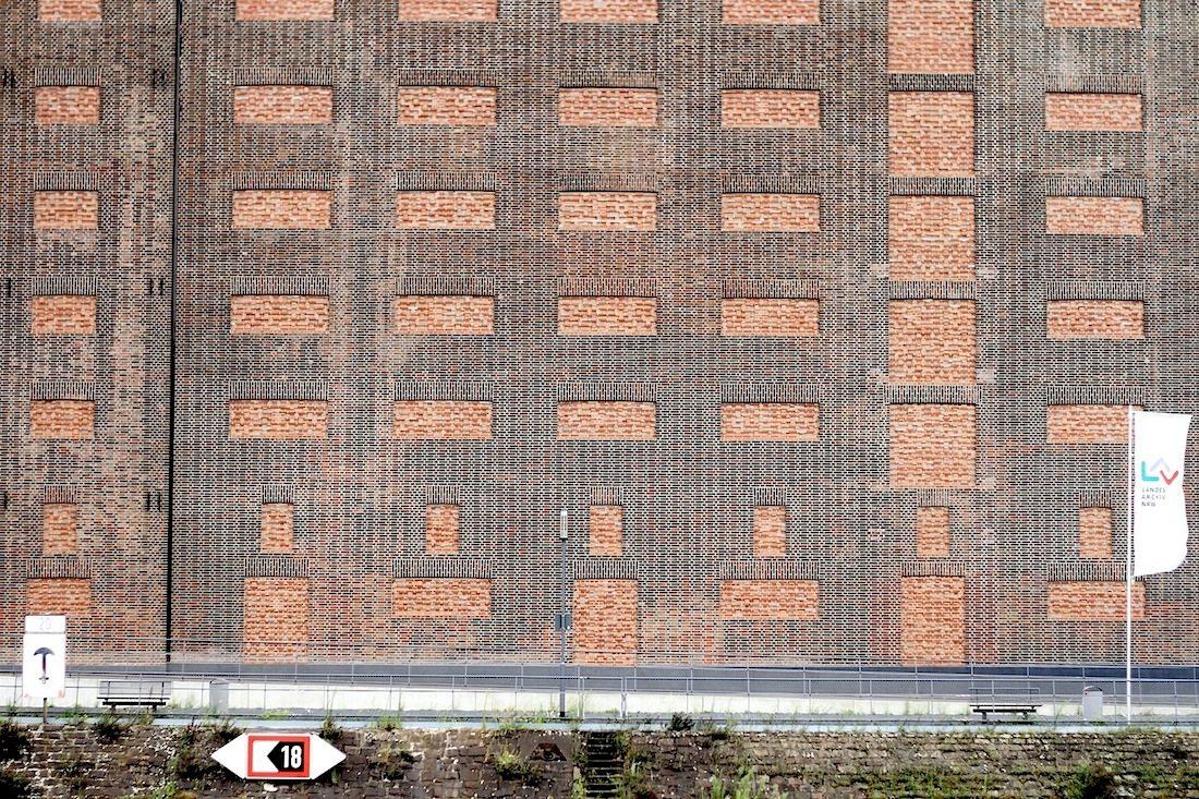 Landesarchiv NRW.  An den 48 Meter langen ehemaligen Getreidespeicher schließt sich ein wellenförmiger, 160 Meter langer Neubau an ...
