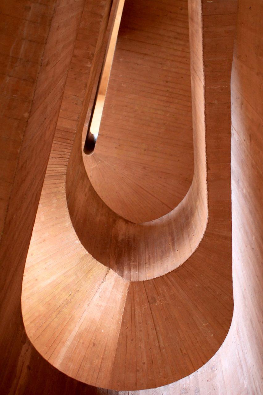 """MKM Museum Küppersmühle. Die einzelnen Ausstellungsebenen sollen durch einen schreitenden Bewegungsablauf verbunden werden. Deshalb ist das Steigungsverhältnis flach ausgebildet, um einen von den Architekten erwünschten """"Ort der Ruhe und konzentrierten Wahrnehmung"""" zu erreichen."""
