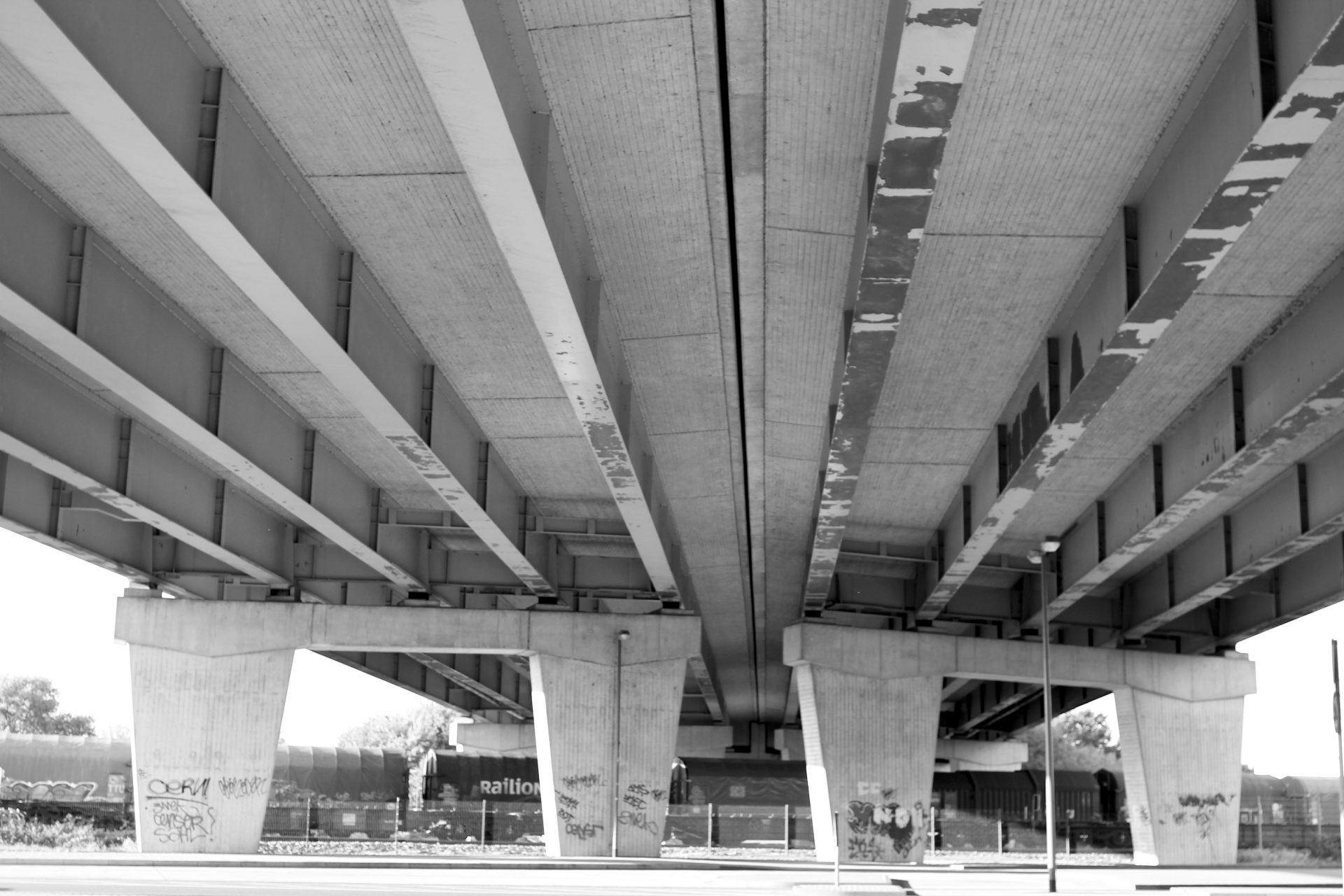 A59. Eine der besten Aussichten auf den Innenhafen hat man, wenn man der Schifferstraße bzw. dem Philosophenweg bis an deren Ende an der Autobahnbrücke der A59 folgt.