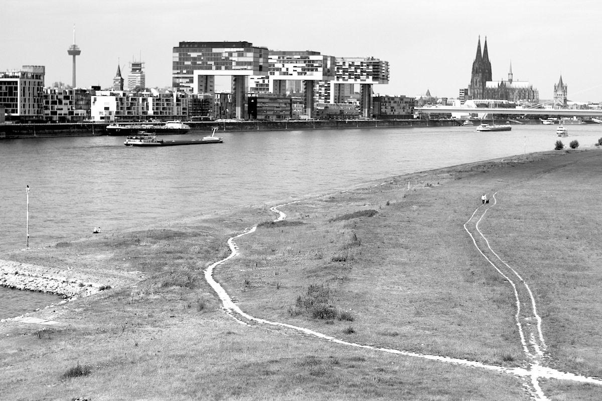 Rheinauhafen mit Stadtsilhouette.  Architektonische Großgeste