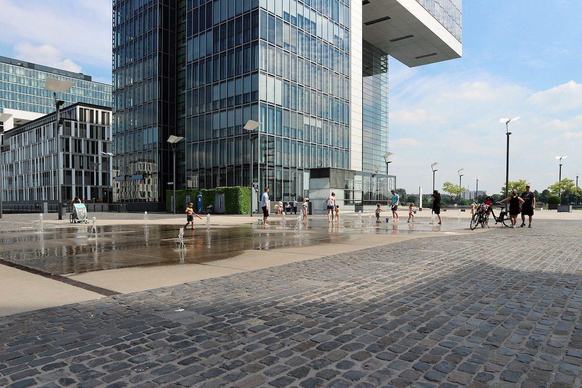 Rheinauhafen.  Der 1898 als Hafenanlage fertiggestellte und von Josef Stübben geplante Rheinauhafen hat sich seit Ende der 1990er-Jahre zu einem Stadtquartier mit der Arbeit-Wohnen-Kultur-Mischung entwickelt.