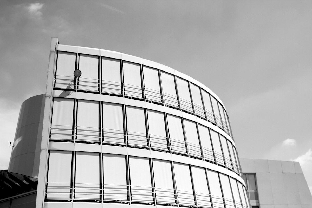 Schokoladenmuseum. Eller verband alt und neu, indem er das massive Mauerwerk des alten Zollamtes mit einer fließenden Aluminium-Glas-Hülle umrahmte. Die neue Form symbolisiert postmoderne Schiffsmotive.