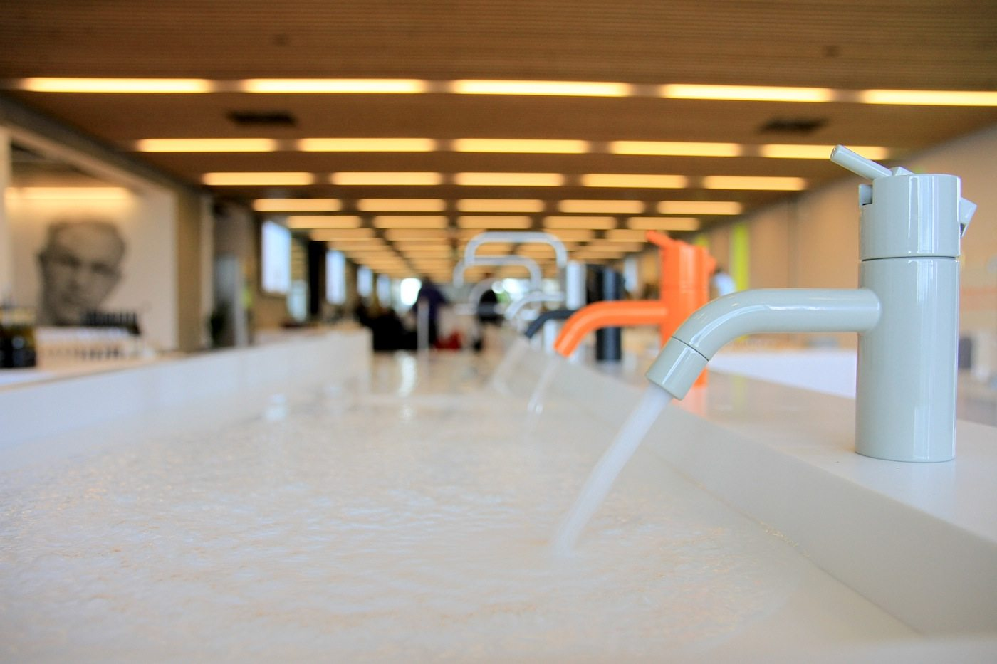 Vola Akademie. Wasser marsch! Im Hintergrund links wacht das Bild von Arne Jacobsen über die Nässe.