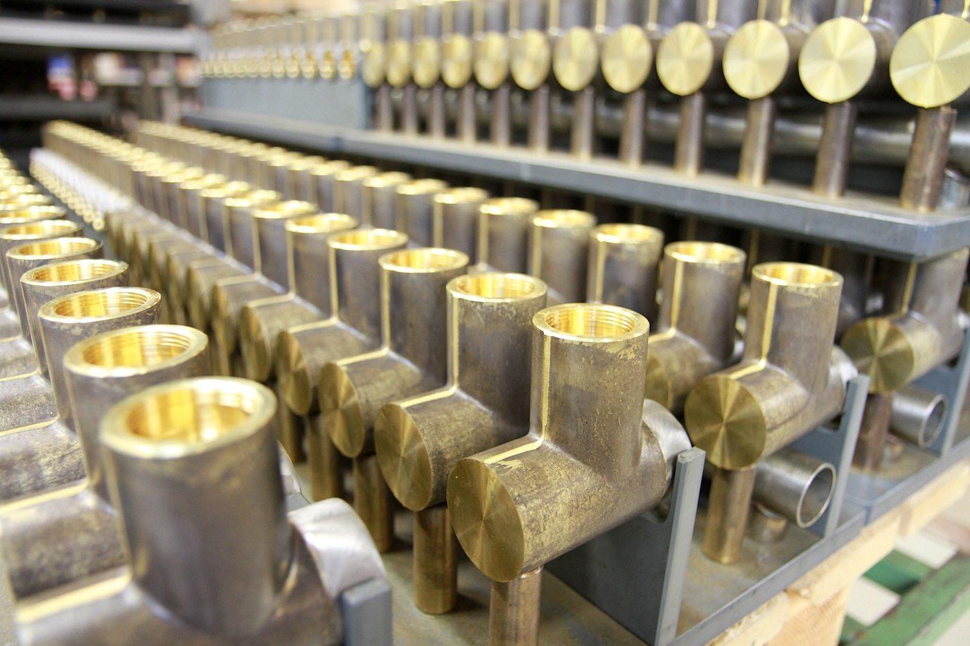 Vola Produktion. In den Anfängen benötigten die Fabrikarbeiter 42 Tage für die Anfertigung einer Armatur.
