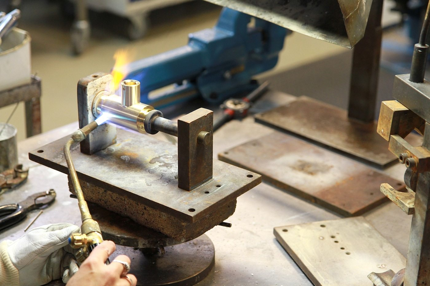 Vola Produktion. Handarbeit und die Fähigkeiten des menschlichen Auges machen jedes Stück zu einem Unikat.