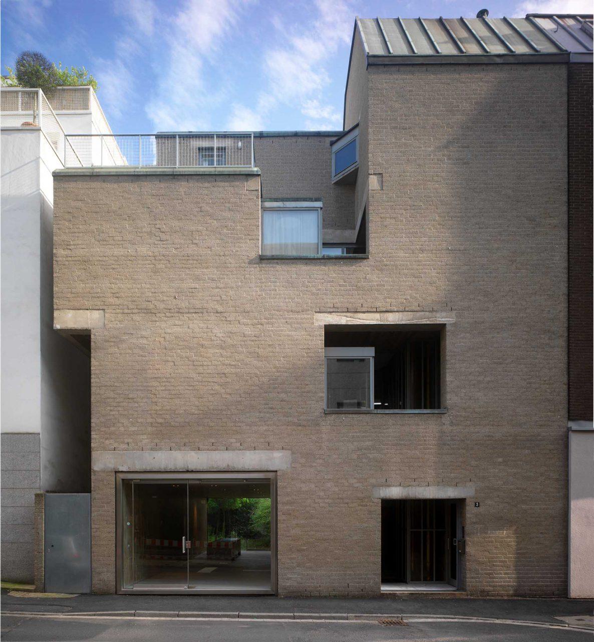 Schmela-Haus.  Vom niederländischen Architekten Aldo van Eyck für den Kunsthändler Alfred Schmela entworfen. Fertigstellung 1971.