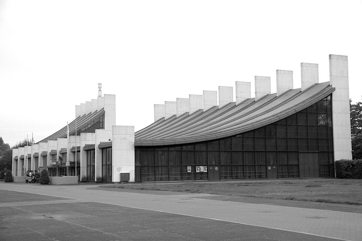 . Die elegant geschwungenen Spannbetondächer werden von schlanken Stahlbetonpylonen abgehängt.