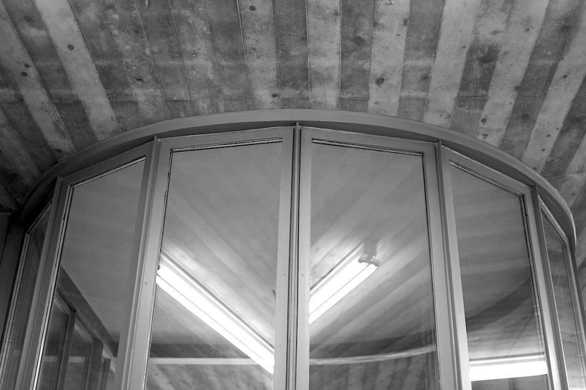 Schmela-Haus. Ein großer Glaszylinder steht im Zentrum des Hauses.