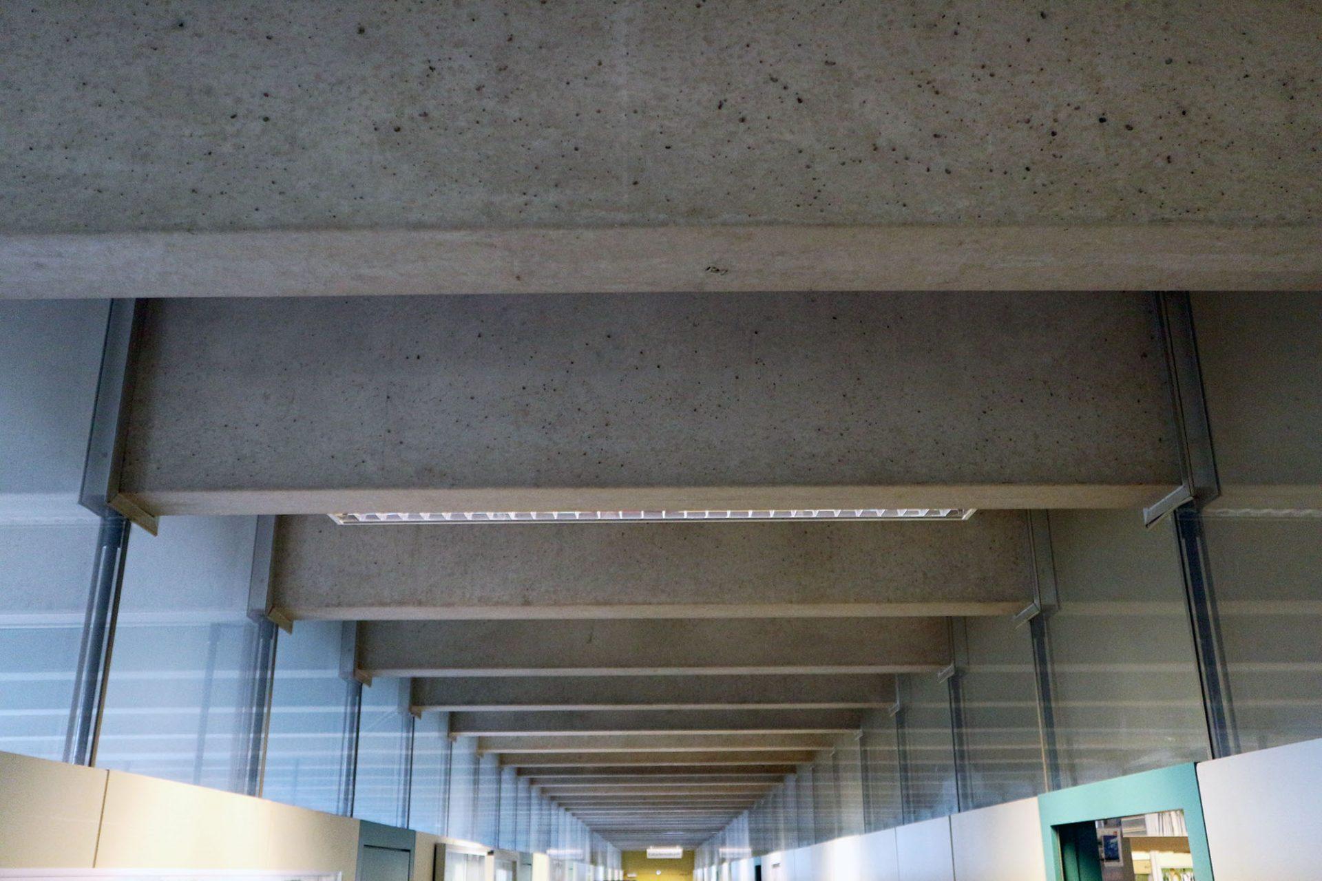 Rathaus Castrop-Rauxel. Die verglasten Oberlichter lassen viel Tageslicht in die Flure und machen die Tragstruktur sichtbar.