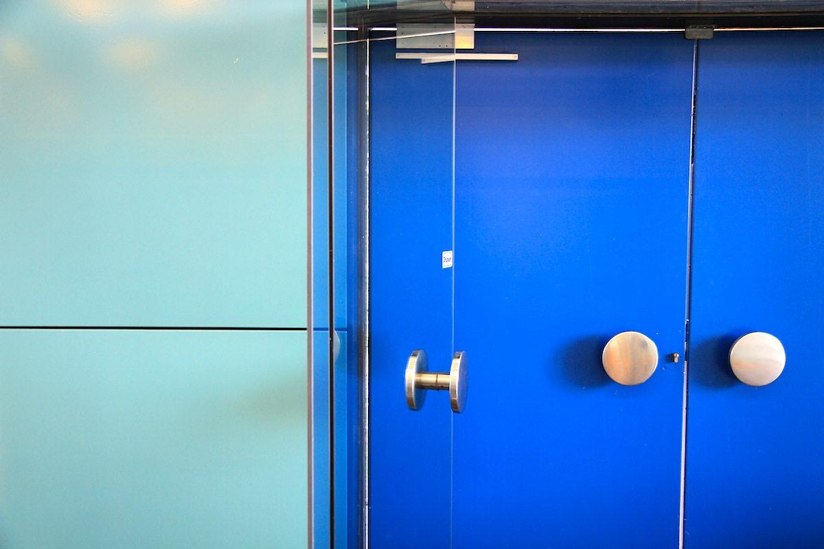 Ratssaal Castrop-Rauxel. Ein spezielles türkis, blau und ockergelb sind die Farben, die sich in beinahe allen Bauten Jacobsens wiederfinden.