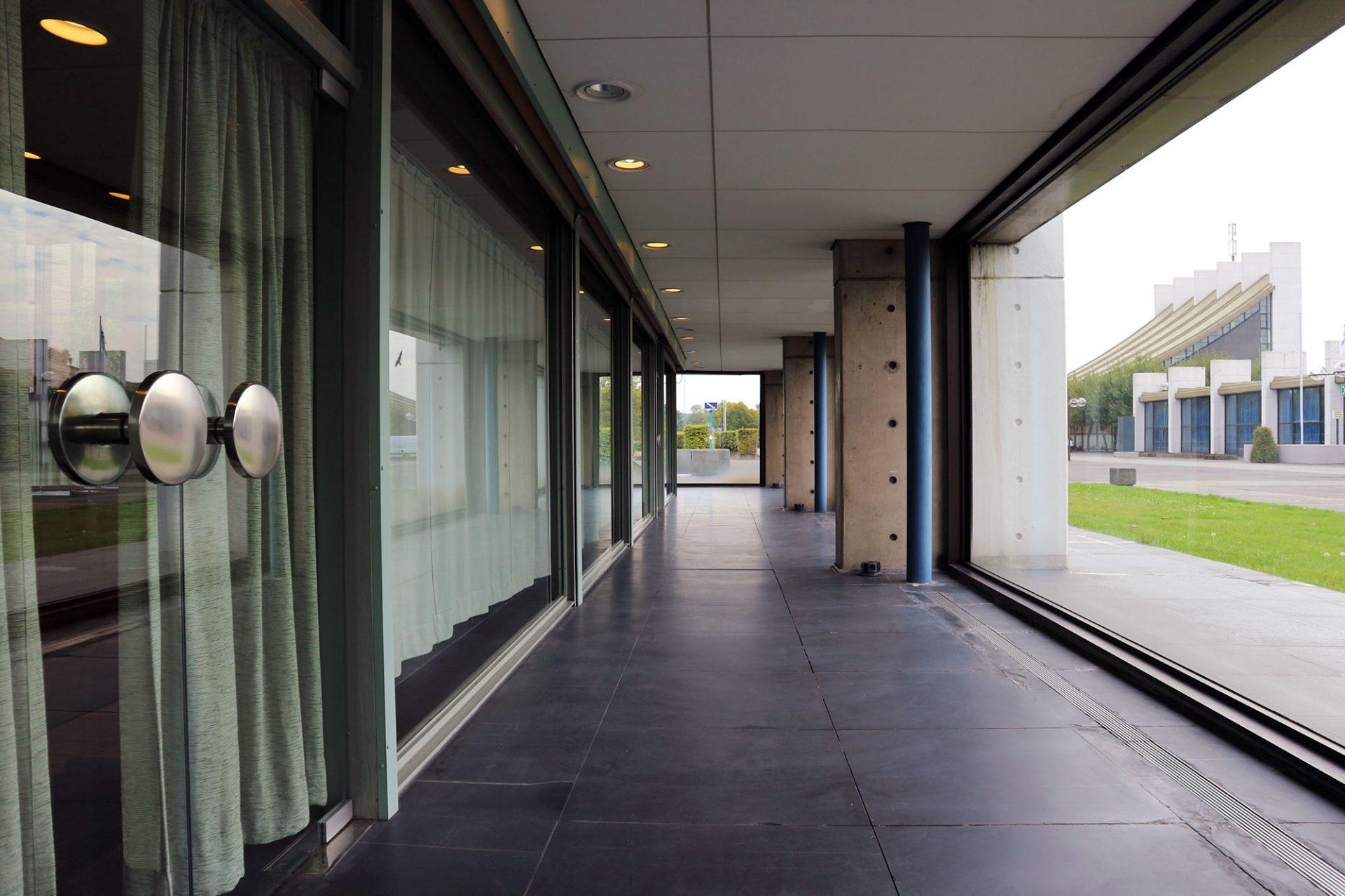 Ratssaal Castrop-Rauxel. Innen- und Außenraum scheinen im Umgang und Foyer des Ratssaales miteinander zu verschmelzen.