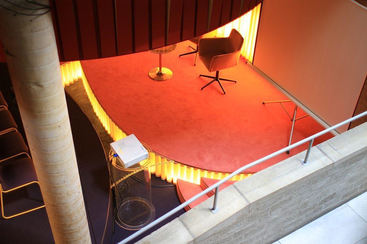Ein Set für das Schmela Haus. Bar und Saal.. ... kontrastieren in ihrem quietschigen Retro-SciFi-Design ...