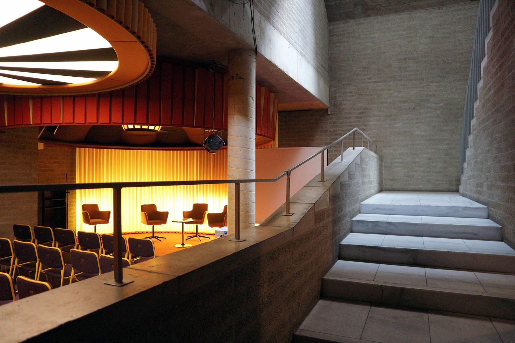 Ein Set für das Schmela Haus. Bar und Saal.. ... with their kitschy retro/sci-fi design, contrast wonderfully with Eyck's rough grey.
