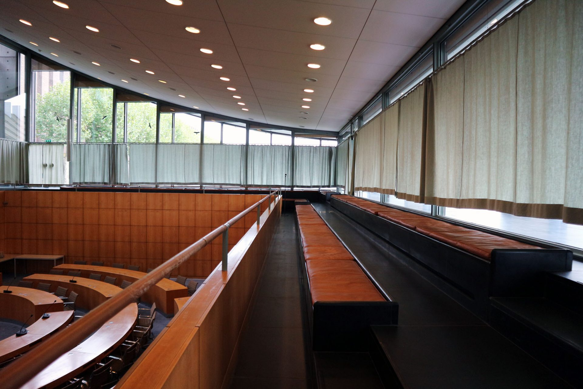 Ratssaal Castrop-Rauxel. Von der Zuschauerempore fällt der Blick ins Plenum. Auch die Sitzkissen aus Leder sind noch im Original erhalten.
