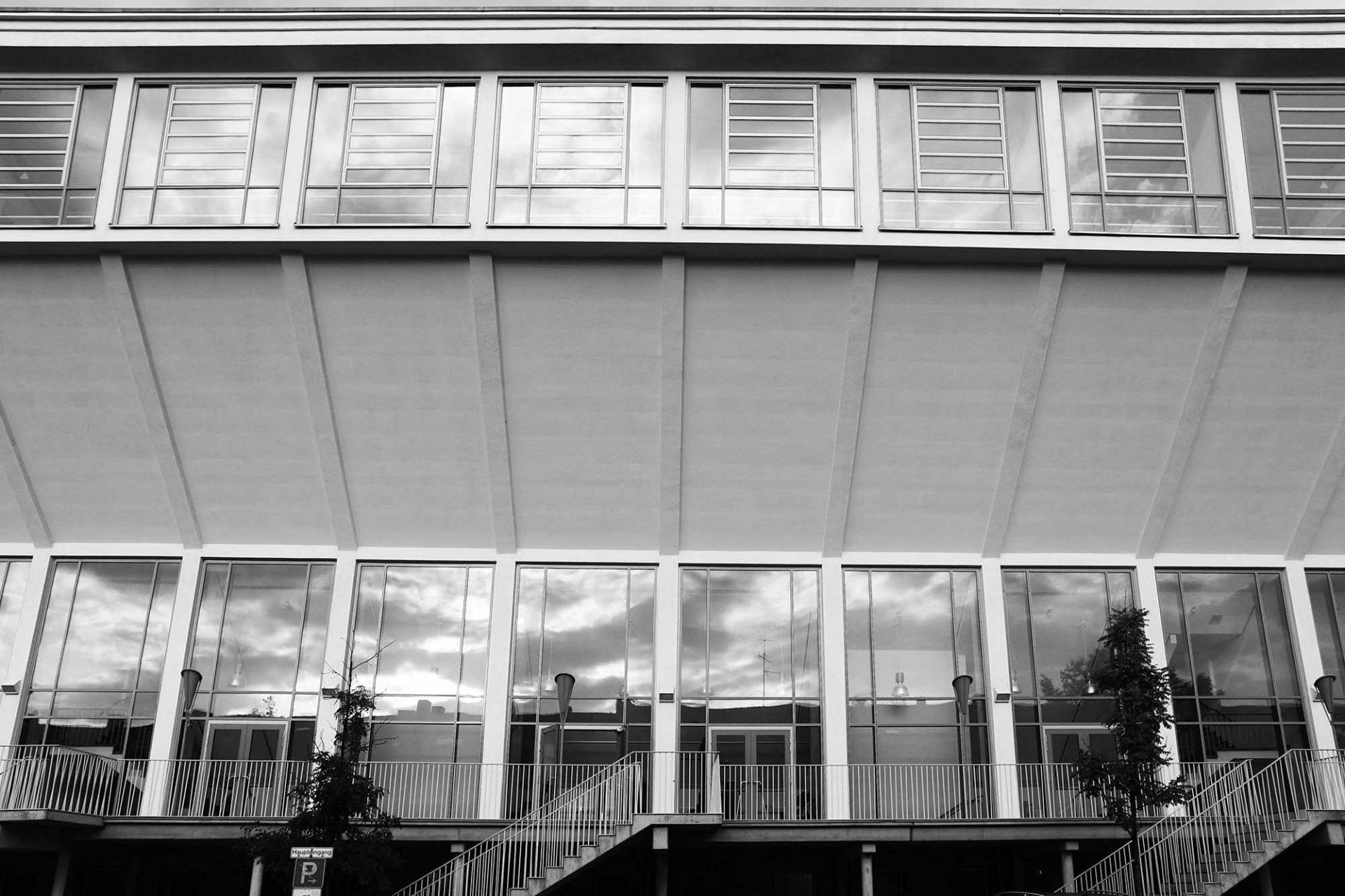 Schwimmoper Wuppertal. Vorbild des streng symmetrischen Baus war das Olympia-Schwimmstadion von Melbourne.