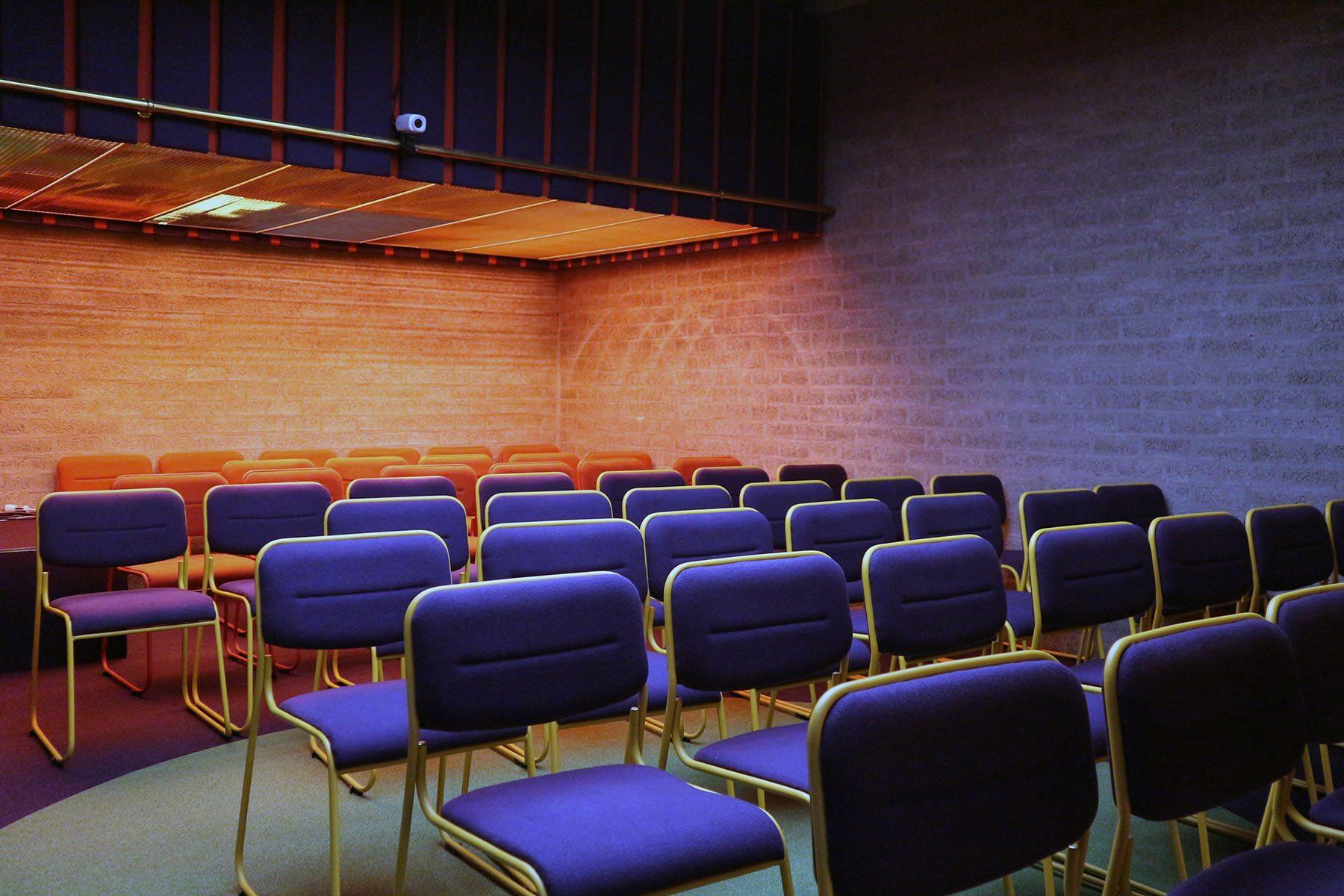 Ein Set für das Schmela Haus. Bar und Saal.. ... verantwortete den Umbau 1995.