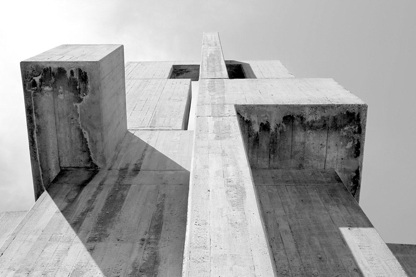 Kirche der katholischen Hochschulgemeinde. ... der Bildhauer Josef Rikus modellierten eine Raumskulptur als Metapher des Irdischen.