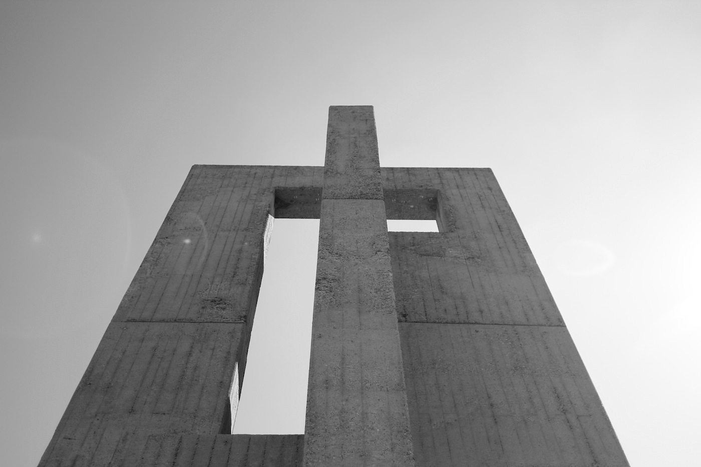 Kirche der katholischen Hochschulgemeinde. Konstruktivistisch und massiv