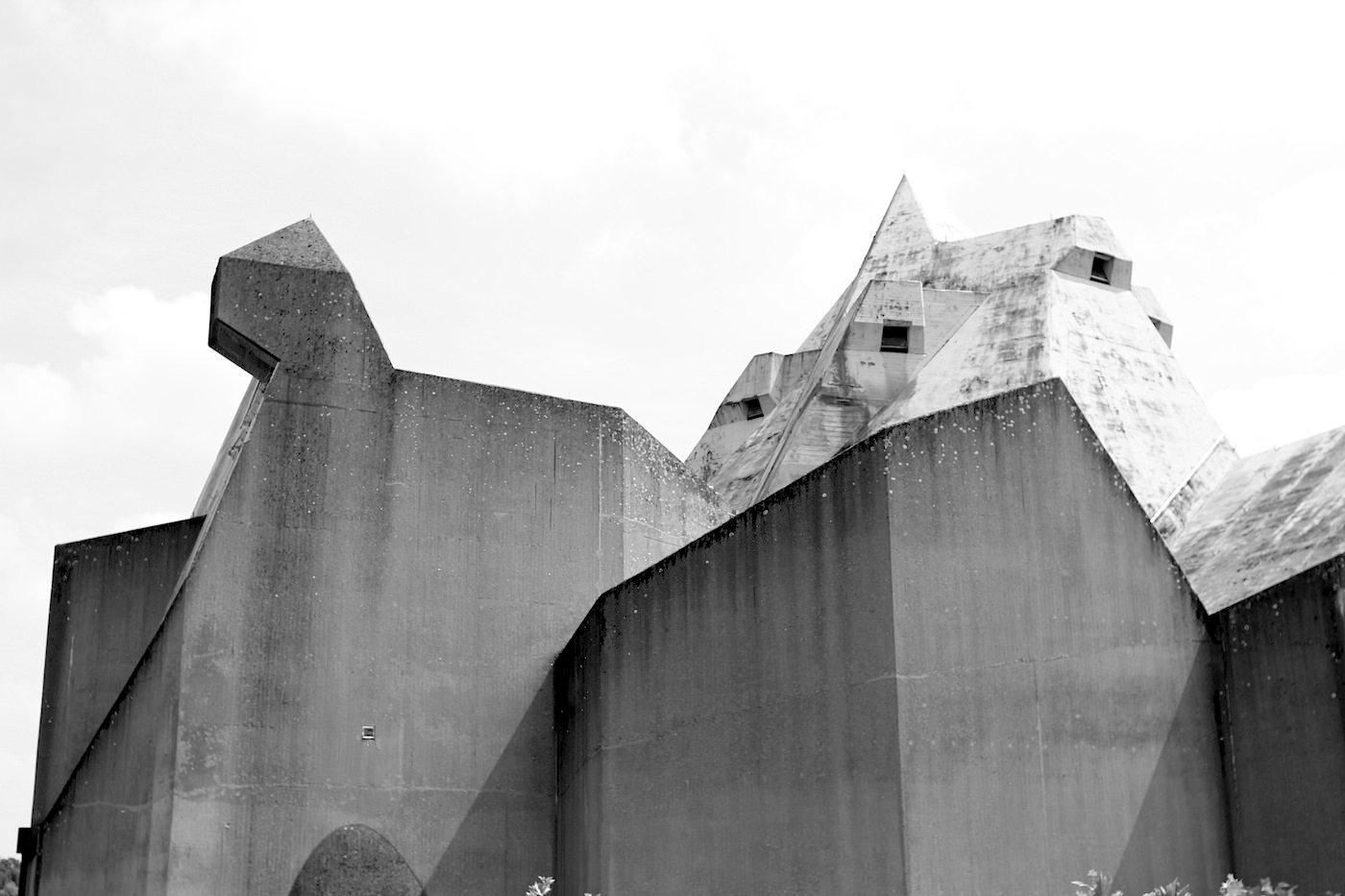 Katholische Wallfahrtskirche Maria, Königin des Friedens. Betongraues Gebirge