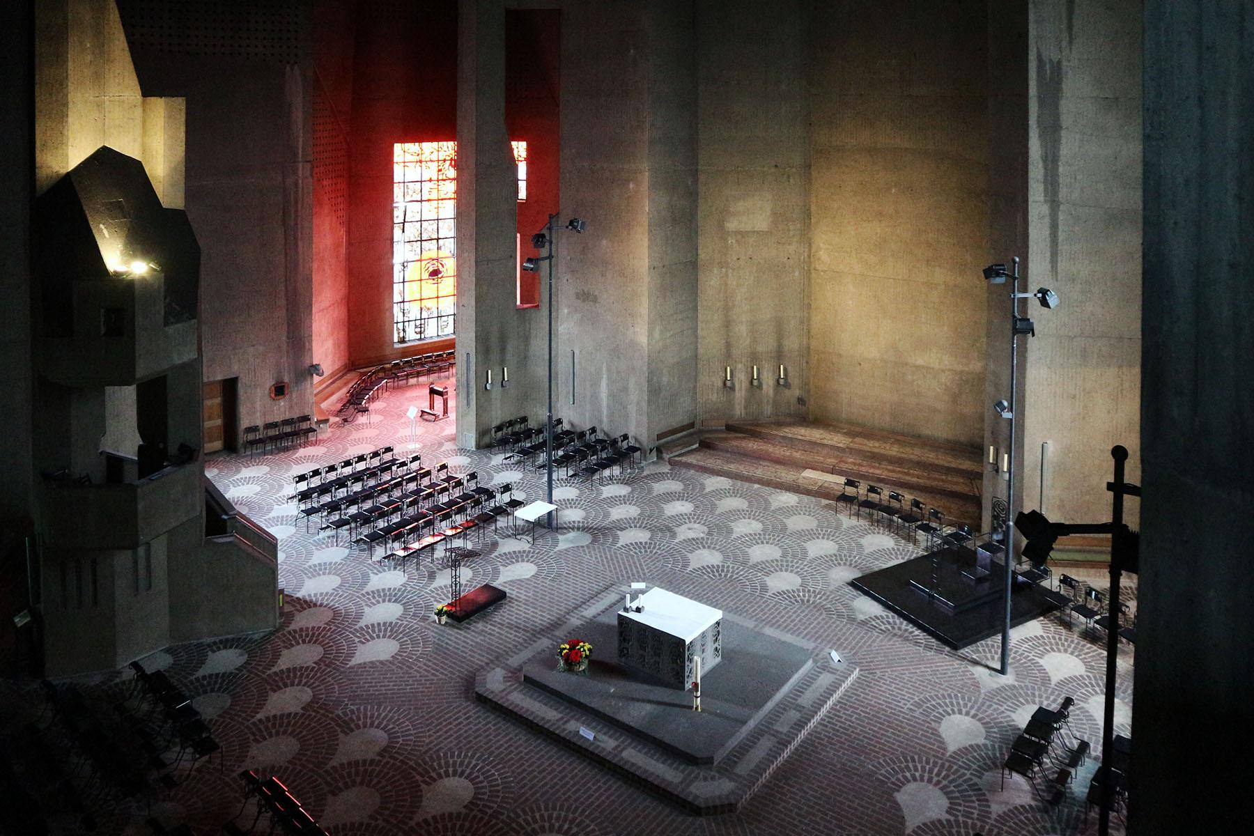 Katholische Wallfahrtskirche Maria, Königin des Friedens. Die 30 Meter hohe Betonfaltendecke ...