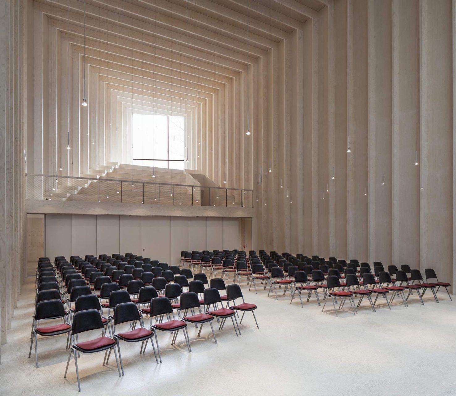 Immanuelkirche. Ein raumhoher Screen aus 3.800 farbigen Holzlamellen in 27 verschiedenen Farben erhebt sich hinter dem Altar.