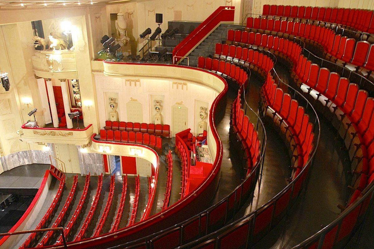 Staatstheater Cottbus, Großes Haus. Der Zuschauerraum vereint Geschichte und Glanz und ...