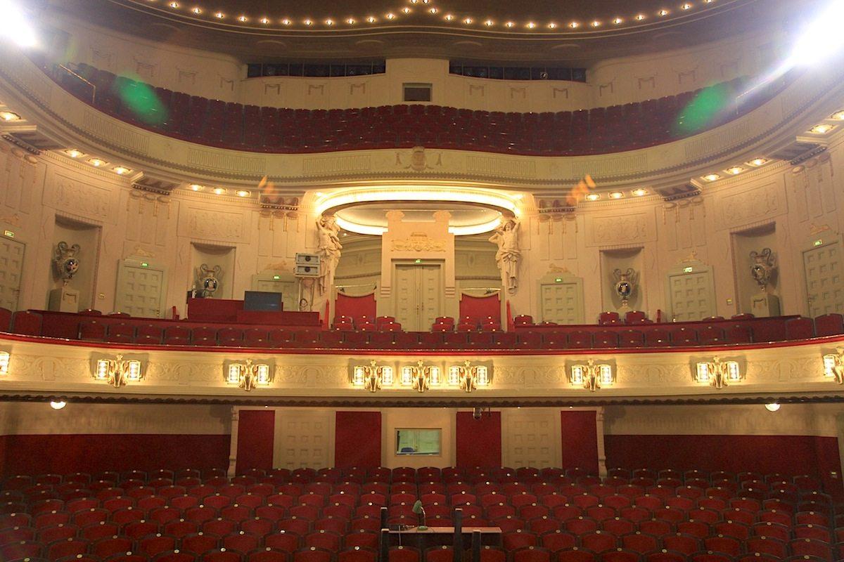 Staatstheater Cottbus, Großes Haus. ... zeigt Pracht und barocke Putti in einer tempelartigen Theaterarchitektur ...
