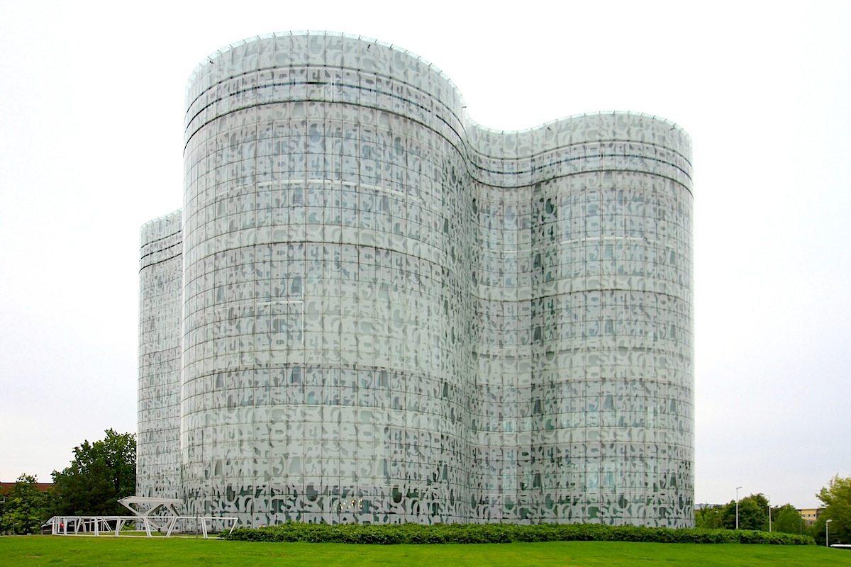 IKMZ BTU. Das Informations-, Kommunikations- und Medienzentrum Cottbus (IKMZ) ist Teil der Brandenburgischen Technischen Universität Cottbus-Senftenberg (btu), entworfen von Herzog & de Meuron. Fertigstellung: 2004.