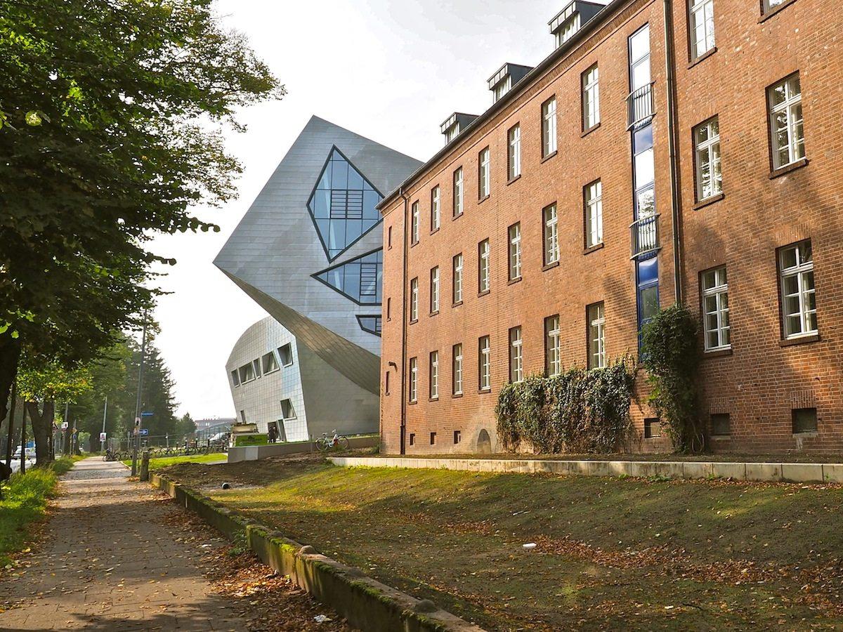 Herausragend. Im Süden Lüneburgs, weit außerhalb der malerischen Altstadt, stellt sich das neue Zentralgebäude der Leuphana quer zur Achse der in Reih und Glied angetretenen Bauten der ehemaligen Scharnhorst-Kaserne.