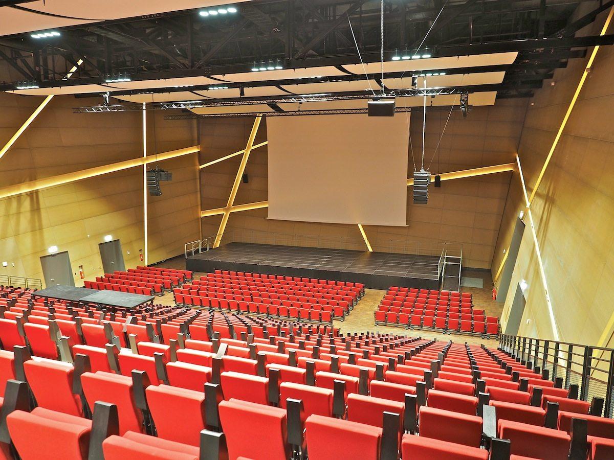 Vielfalt der Funktionen. Lüneburg nutzt das Libeskind-Auditorium als Stadthalle, der Uni dient es als Audimax, für Events und Konzerte wird es vermietet. Schallsegel unter der Decke und die hinterleuchteten Aussparungen in den Wänden sorgen für eine vorzügliche Akustik.