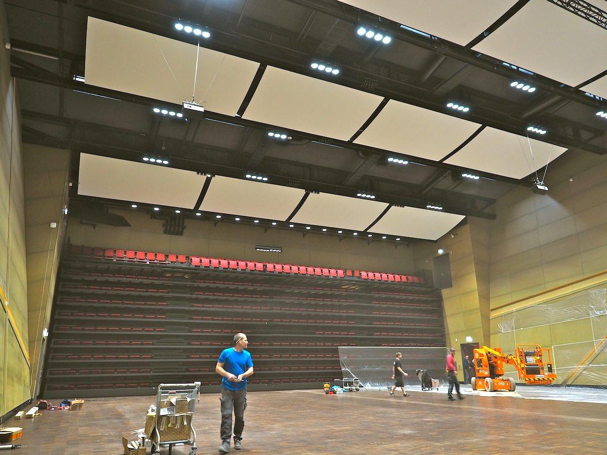 Wandelhalle. Die 1.200 Sitze lassen sich an die Wand fahren und seitlich verschieben, um das Auditorium mit einer großen Pforte zum Foyer zu öffnen.