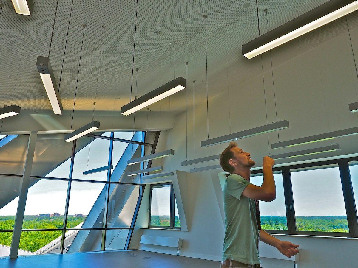 Lichtspiele mit Spareffekt. Sensoren steuern das System der LED-Leuchten. Um Energie zu sparen, reagieren sie auf Tageslicht und auf Bewegung im Raum.